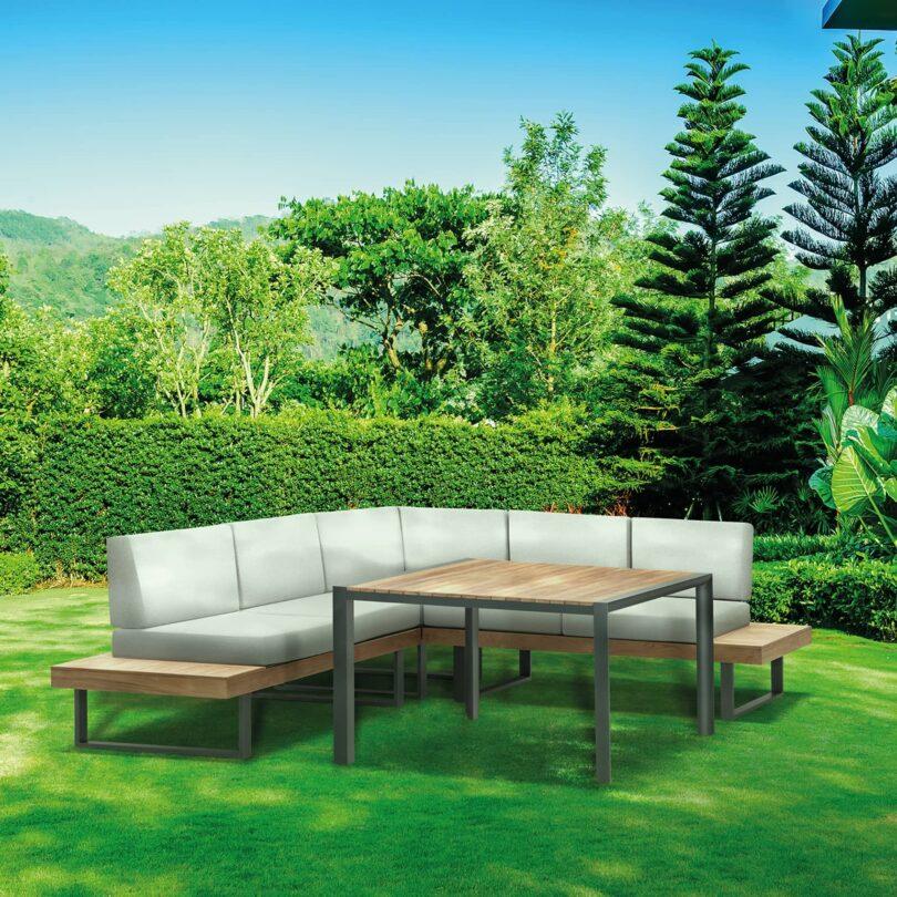 Das Lounge-Set Alu-Teak Capri passt perfekt auf den Balkon oder die Terrasse und bietet eine gemütliche Sitzgelegenheit.
